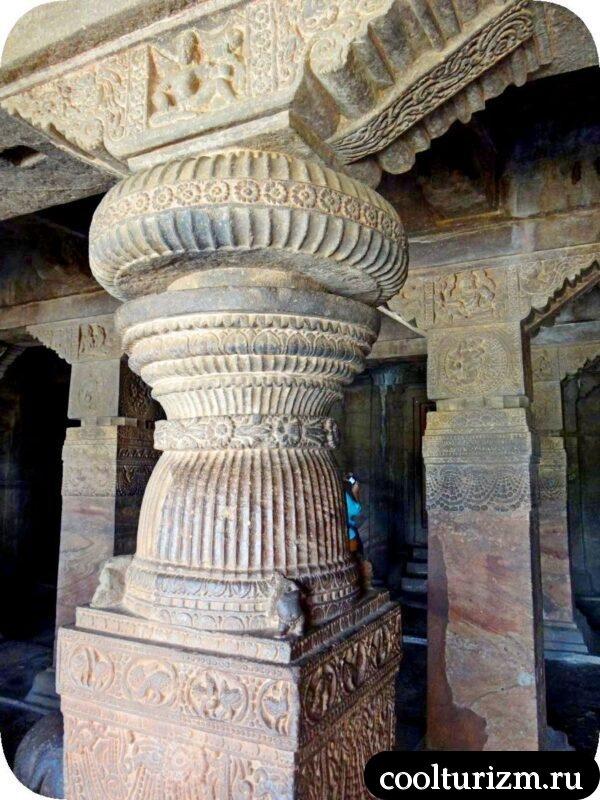 пещерный храм Шивы внутри в Бадами