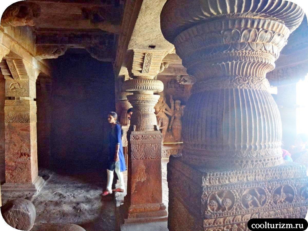 пещерный храм Шивы внутри колонны