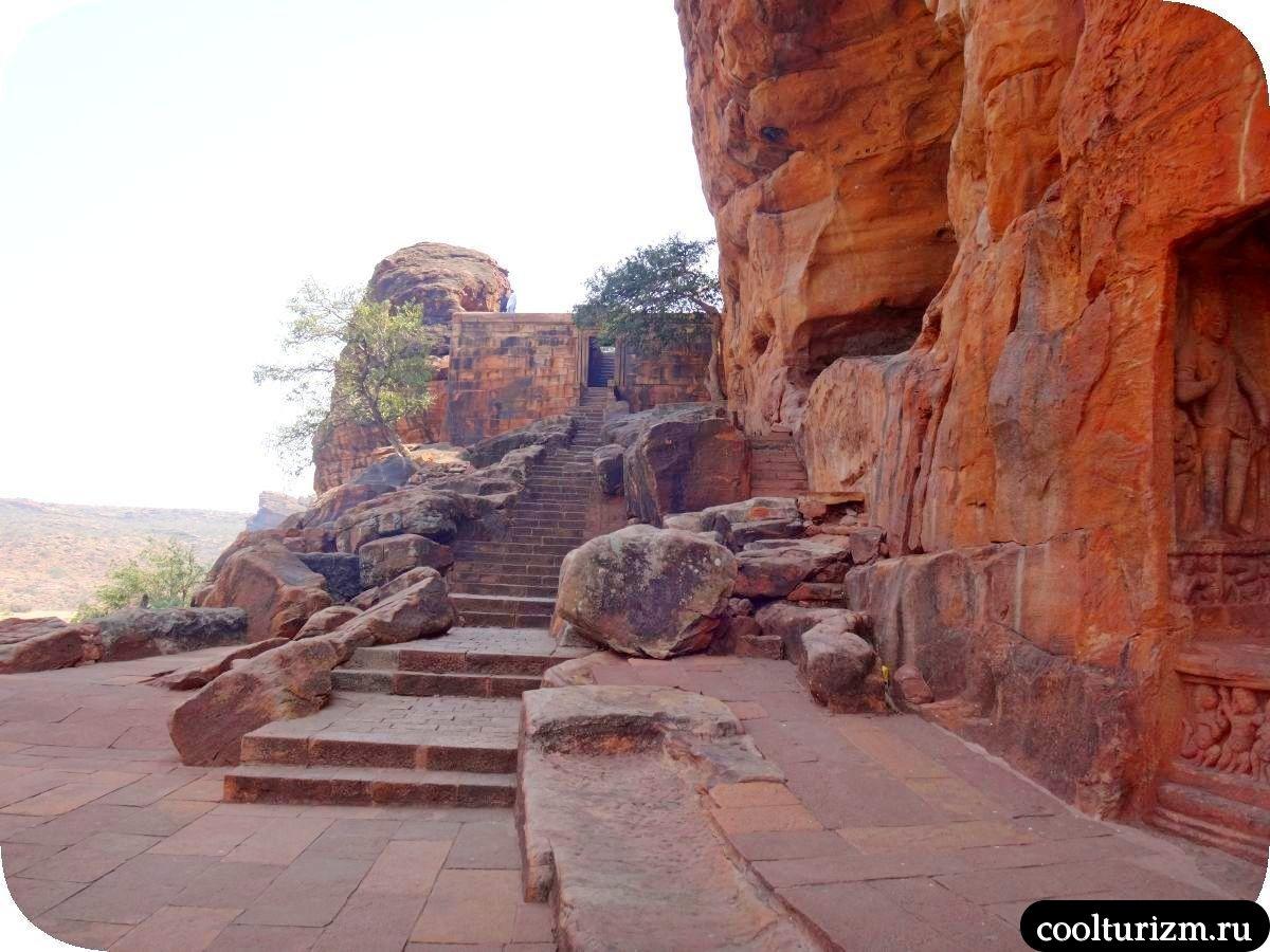 пещерный храм Вишну в Бадами лестница к храму №3