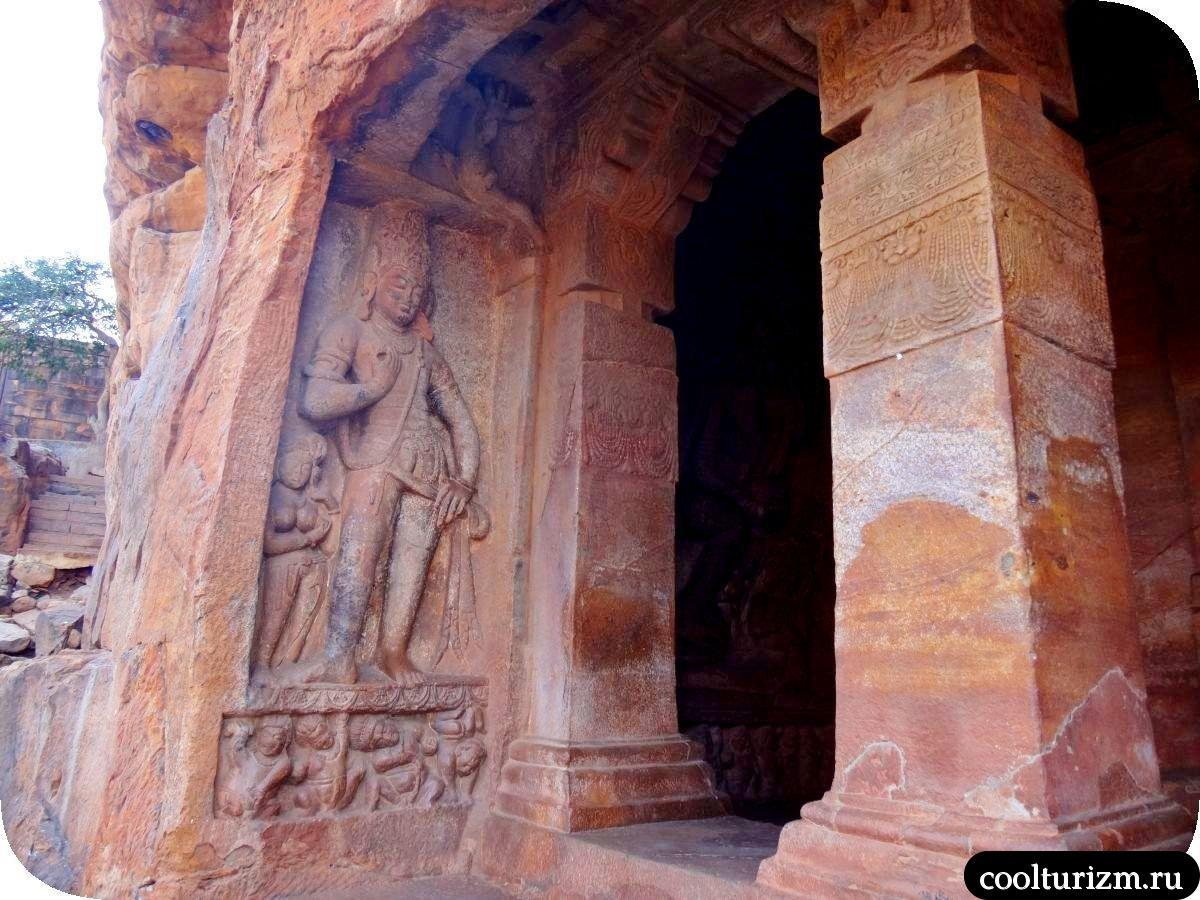 пещерный храм Вишну в Бадами Дварапала