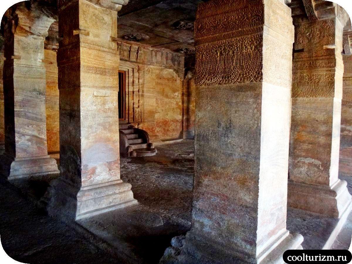 Гаруда и храм Вишну в Бадами Индия