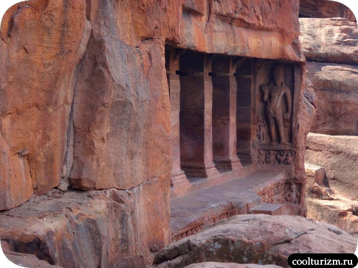 пещерный храм Вишну в Бадами Карнатака