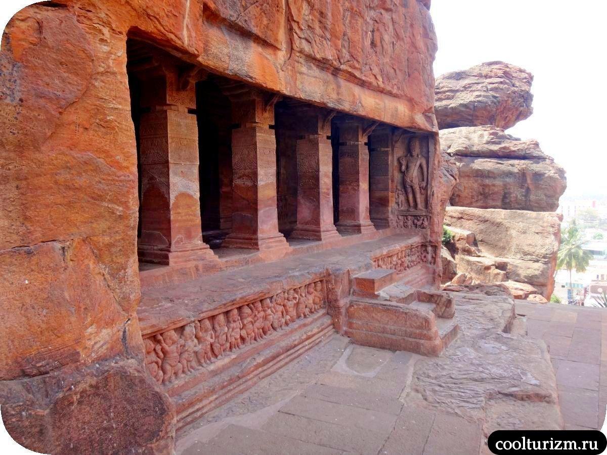 пещерный храм Вишну в Бадами
