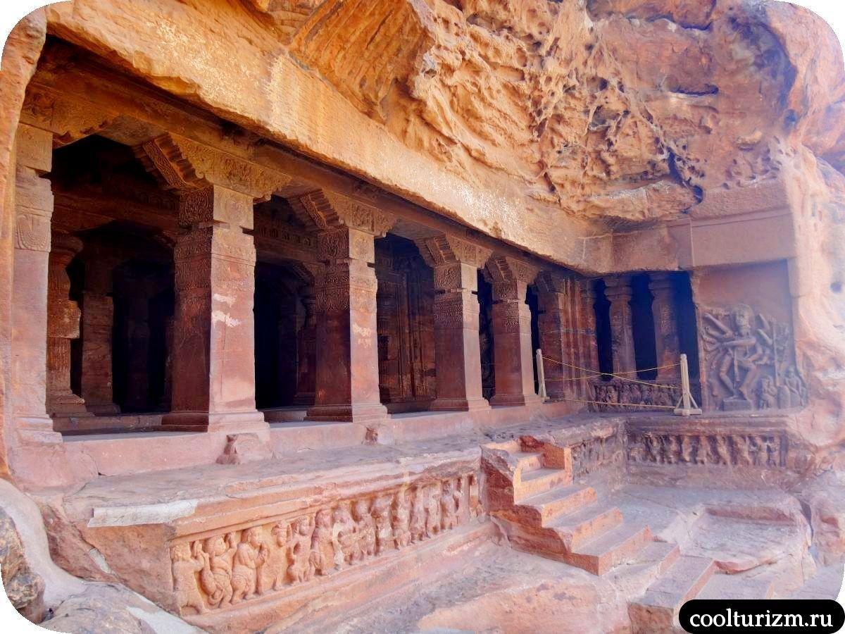 пещерный храм Шивы внутри Бадами