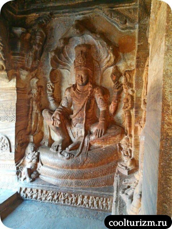 самый большой пещерный храм в Бадами Вишну и змей Адидеша