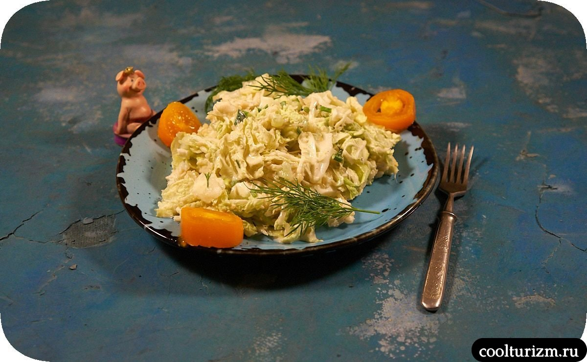 Вкусный рыбный салат из консервов и огурцов