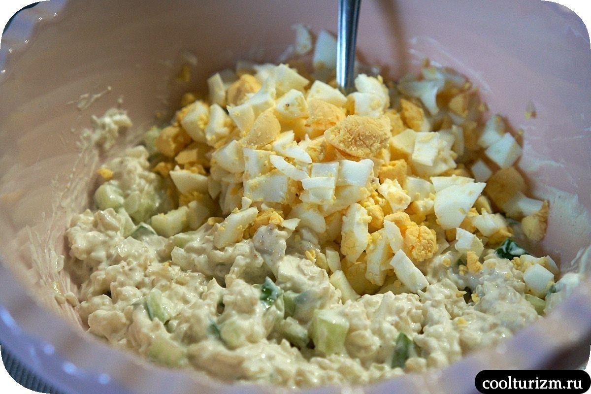 как приготовить вкусный рыбный салат из консервов и огурцов