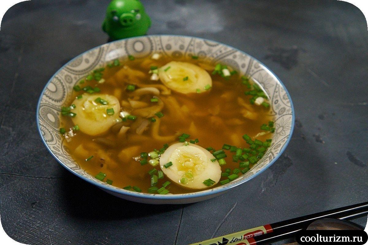 суп с вешенками в азиатском стиле с яйцами мисо