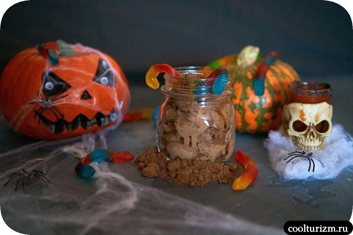 червяки в земле на Хэллоуин тыква