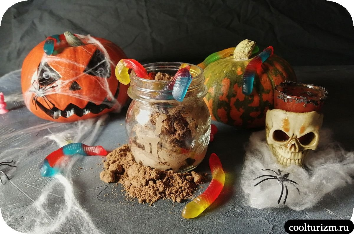 сладкое угощение червяки в земле на Хэллоуин