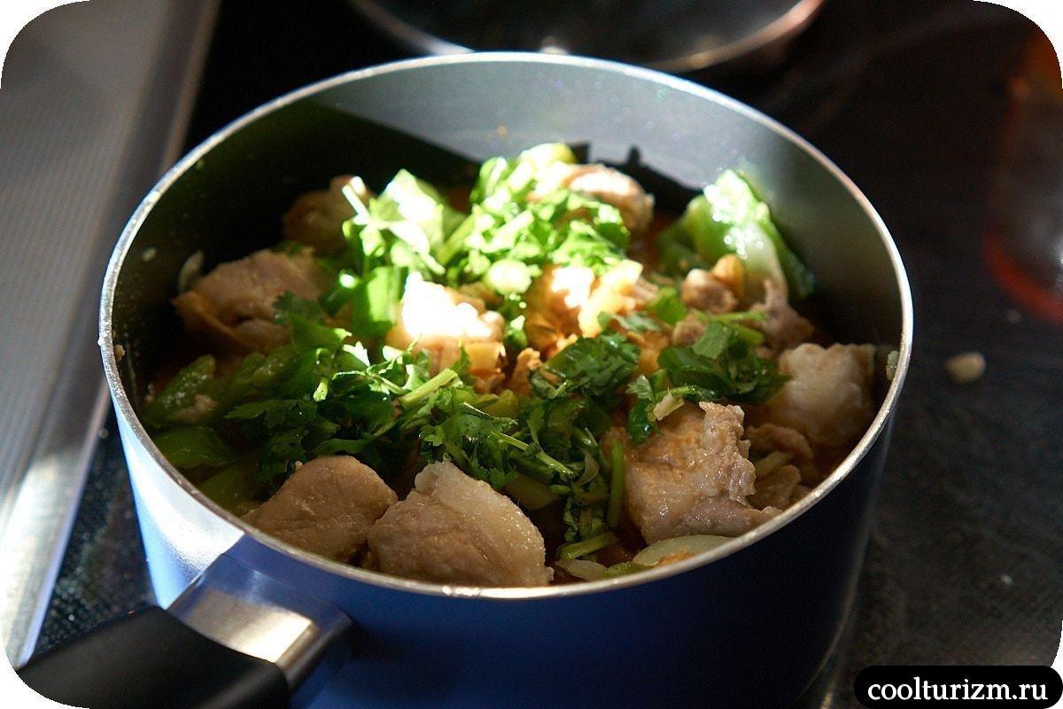 тушеное мясо с картошкой в томатном соусе с зеленью