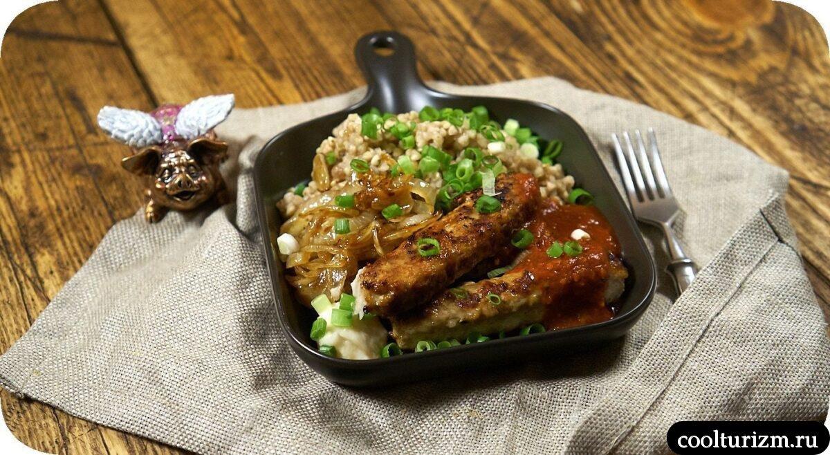 колбаски с зеленой гречкой и луком как приготовить