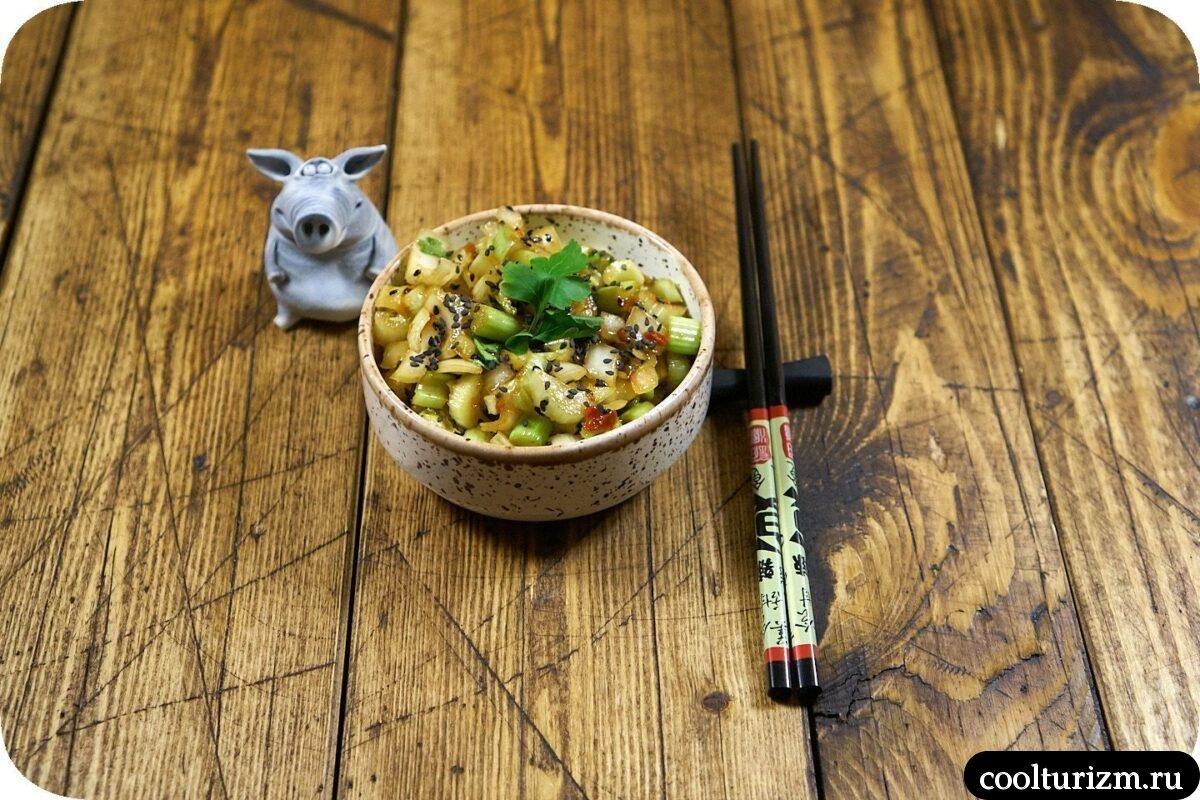 салат со стеблем сельдерея в азиатском стиле