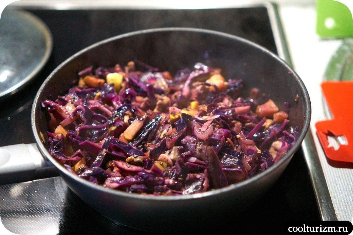 как готовить мясо с краснокочанной капустой и яблоками