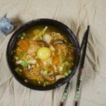 Суп рамен с сырым яйцом и шиитаке
