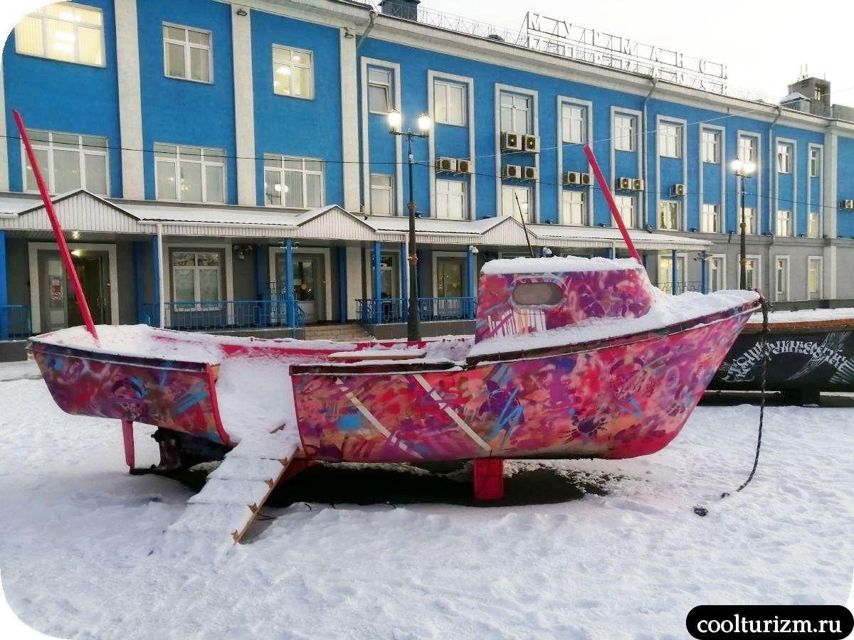 Мурманск морвокзал новые арт-объекты списанные лодки