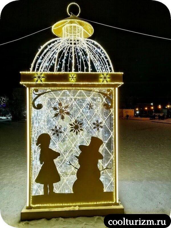 Морской вокзал в Мурманске на Новый год фонарики снеговики
