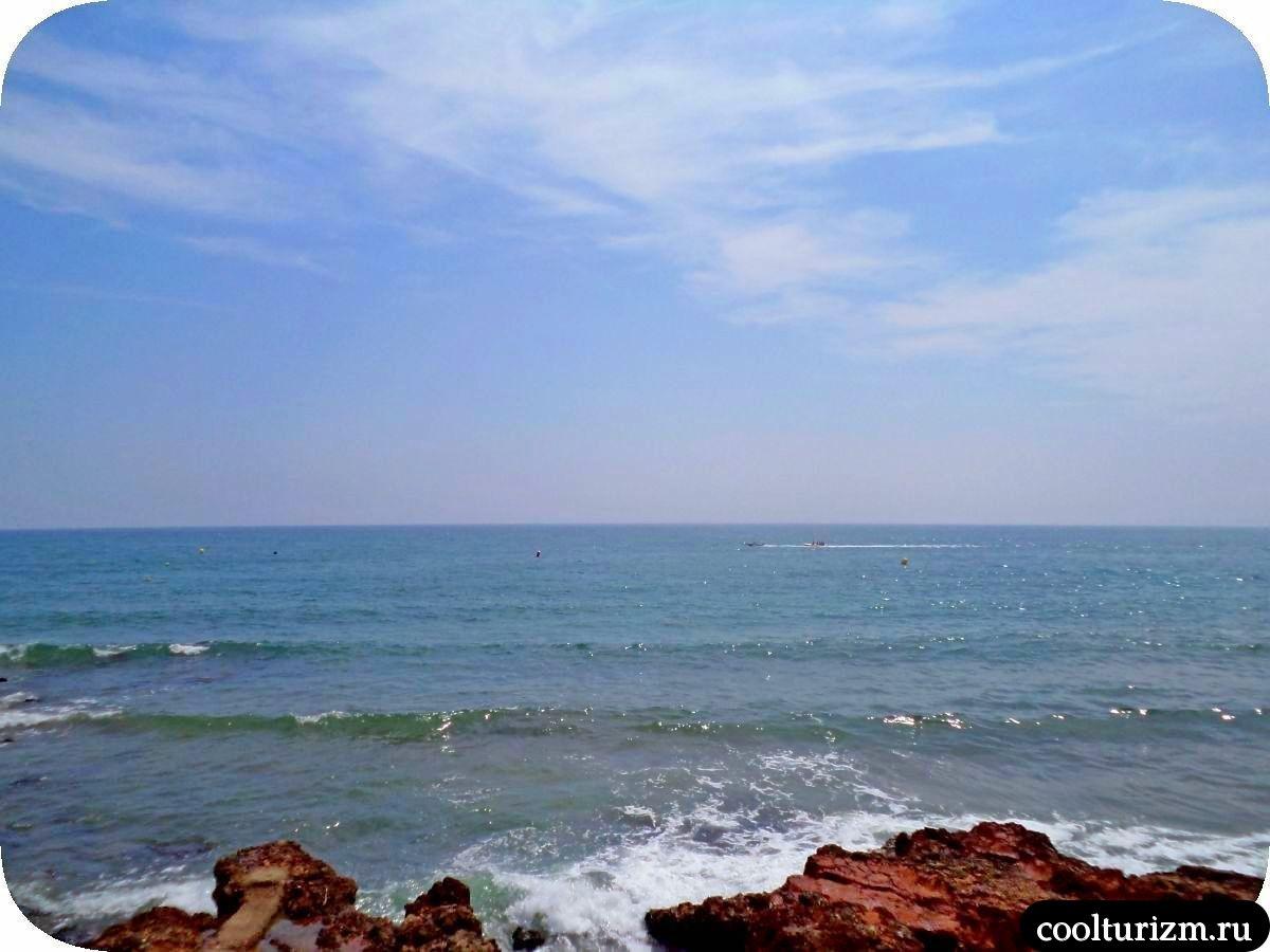 Салоу пляж променад вдоль моря