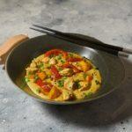 Тыквенный хумус с куриной грудкой и овощами