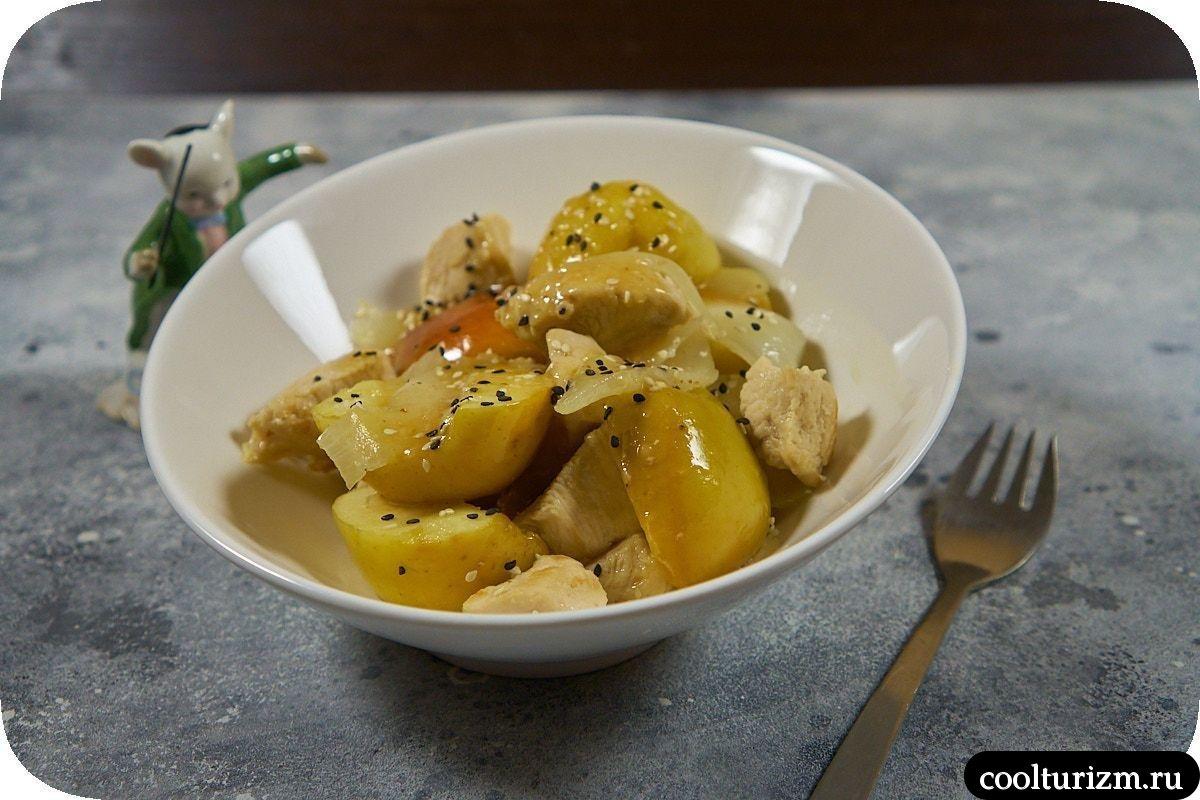 Куриная грудка с яблоками на сковороде