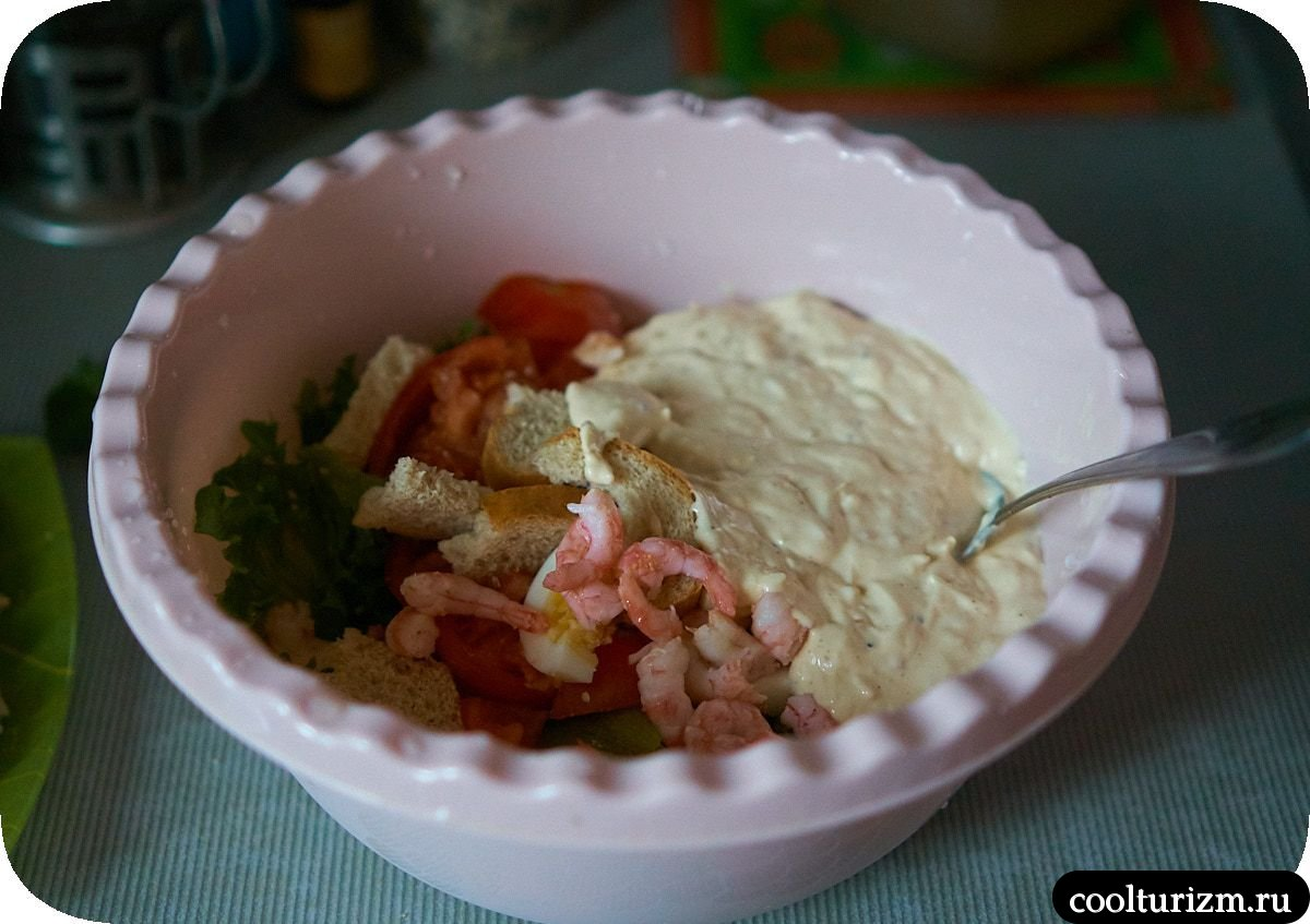 Рецепт салата Цезарь с креветками и сухариками как приготовить