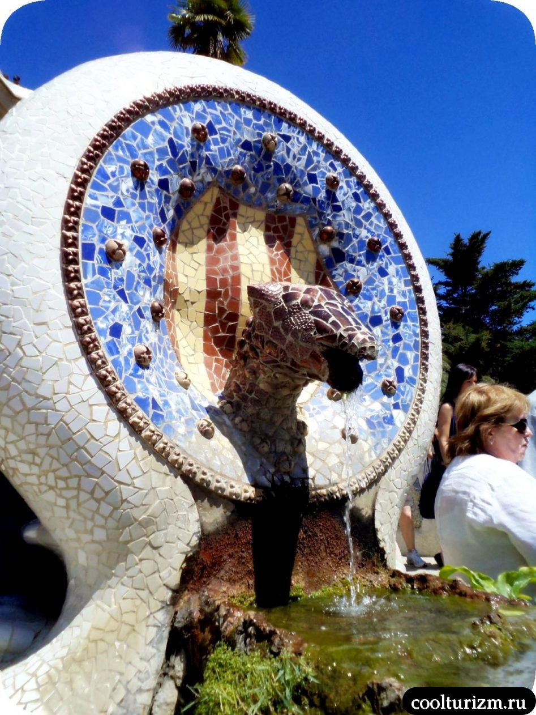 Парк Гуэль в Барселоне медальон голова змеи