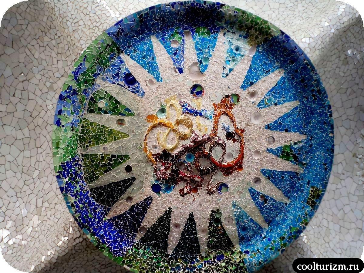Парк Гуэль в Барселоне тарелка на потолке
