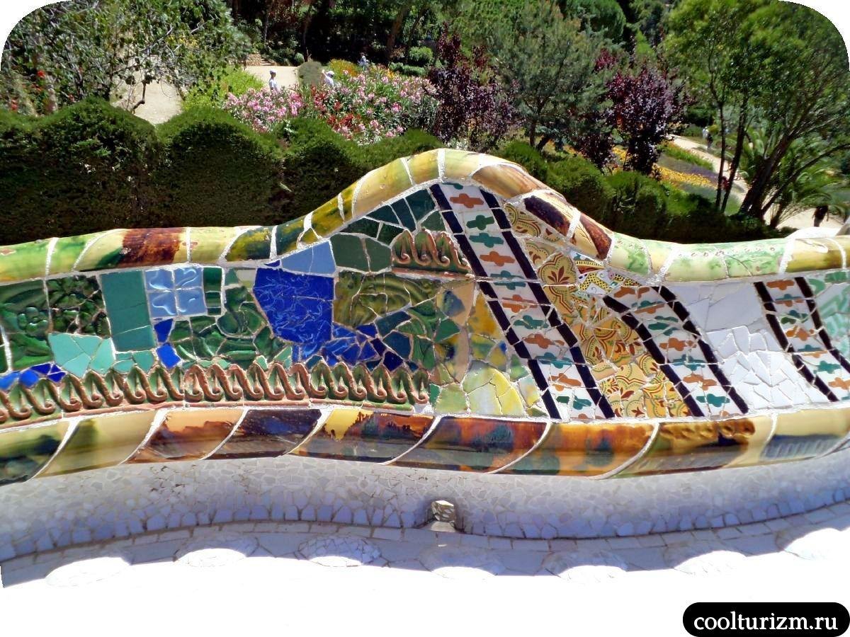Парк Гуэль в Барселоне скамейка