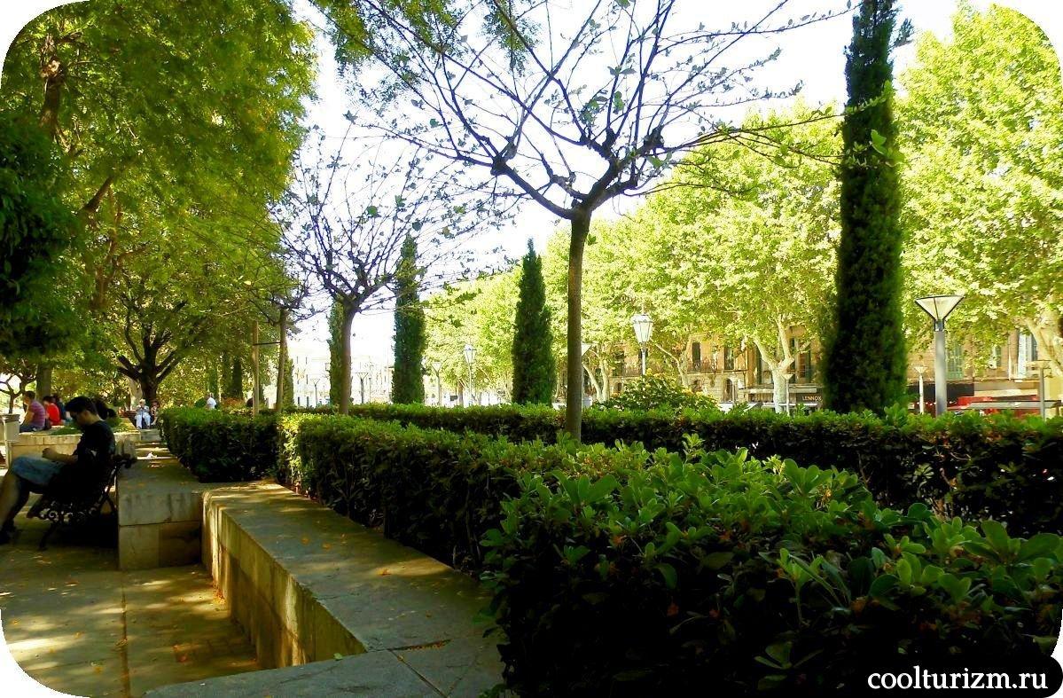 Дворец Альмудайна Пальма де Майорка в саду