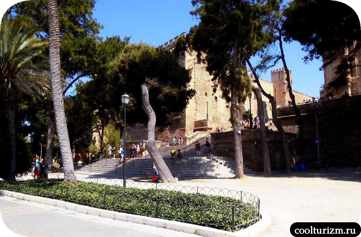 Дворец Альмудайна Пальма де Майорка вход