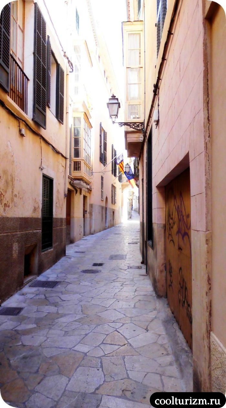 Старый город Пальма де Майорка белые деревья и фонари