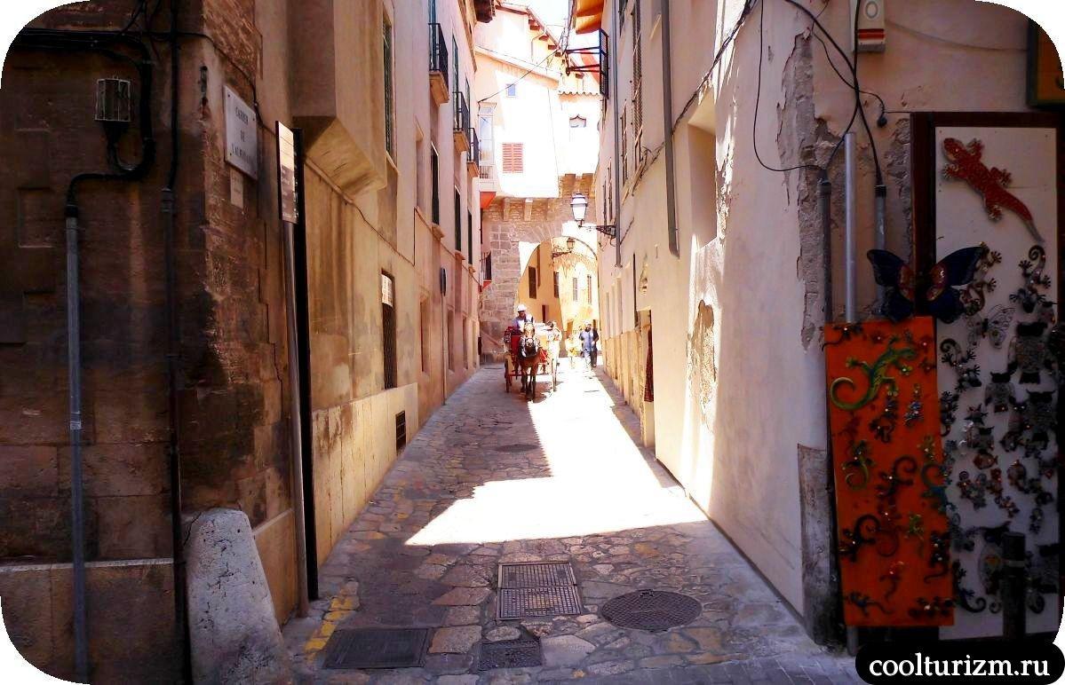 Старый город Пальма де Майорка лошадки