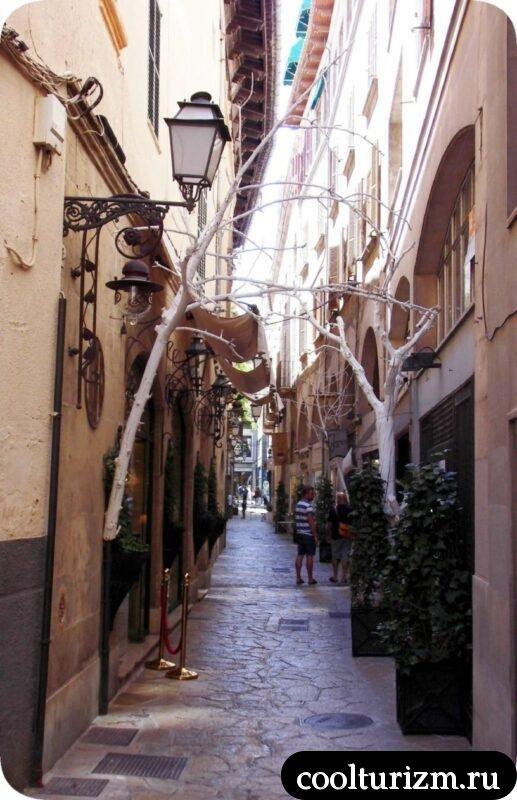 Старый город Пальма де Майорка узкая улица туристы