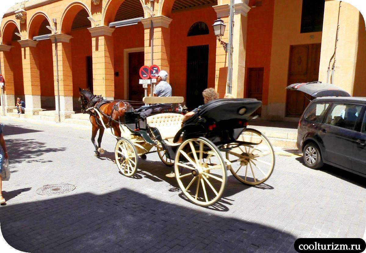 Старый город Пальма де Майорка карета с лошадью