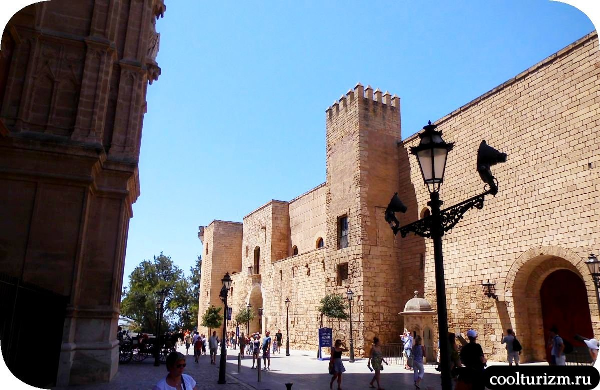Дворец Альмудайна Пальма де Майорка ангел Гавриил