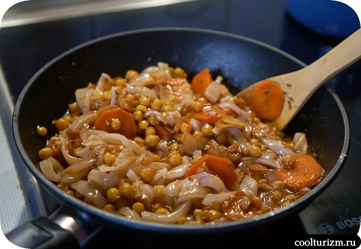 Нут с кальмарами с томатном соусе пошагово