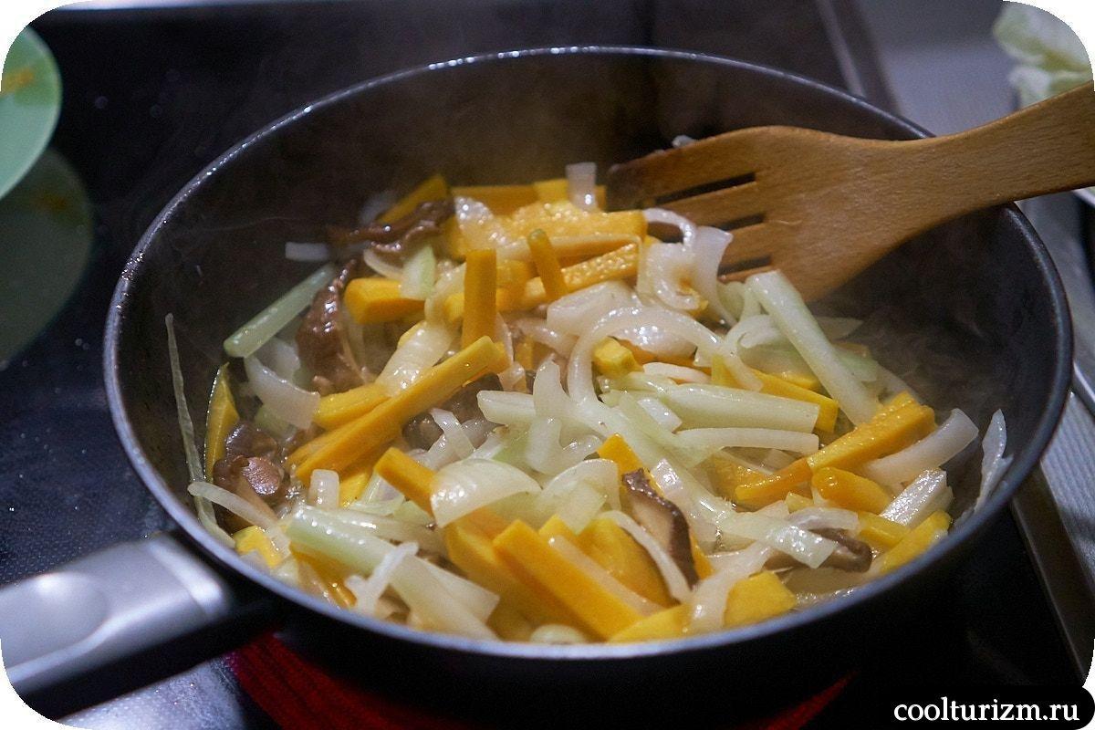 Рисовая лапша фо с пекинской капустой в воке