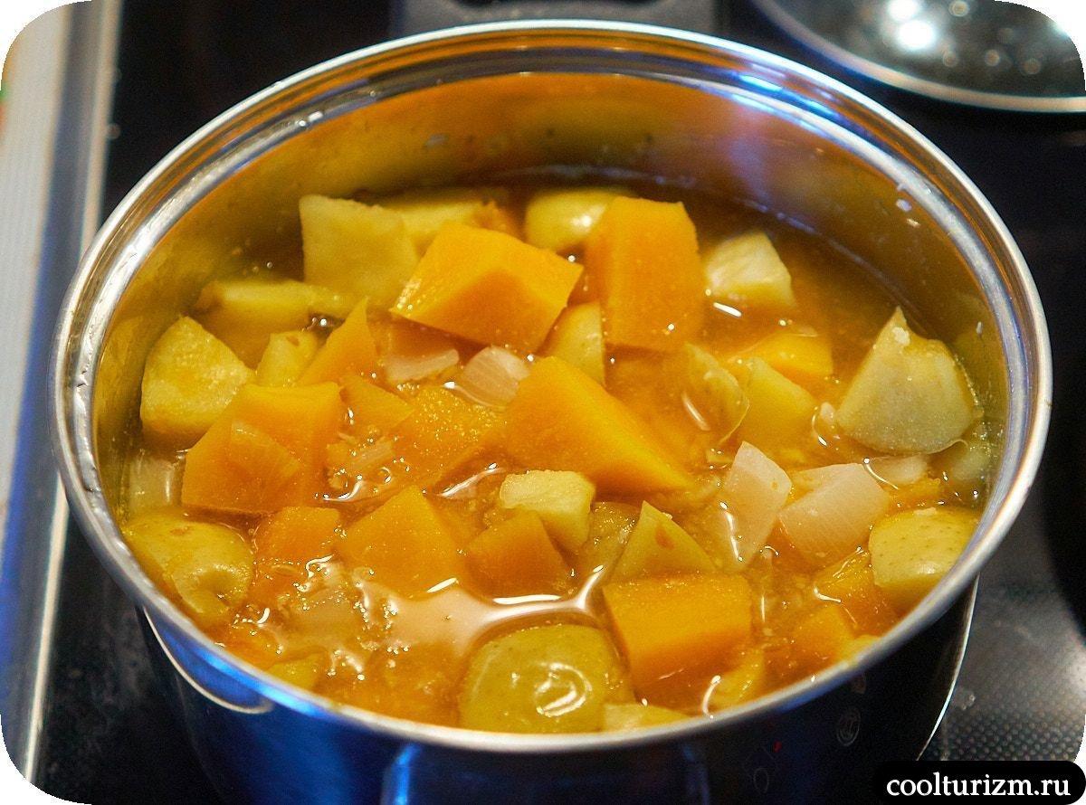 Тыквенный суп с яблоками и луком