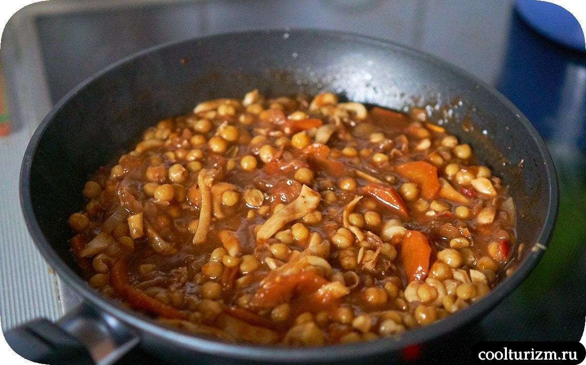 Нут с кальмарами с томатном соусе рецепт