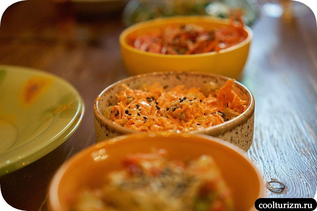 Салат из свежей моркови с майонезом и оливками
