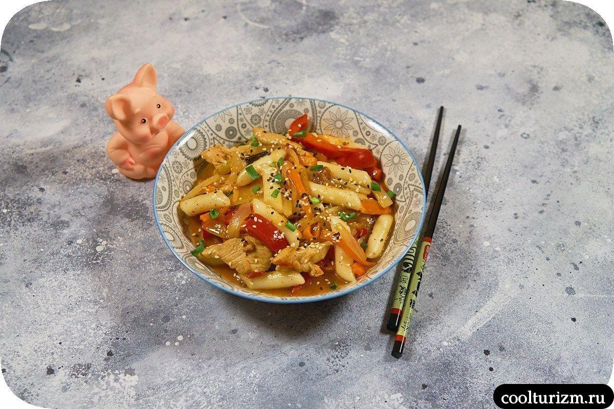 Токпокки с курицей и овощами