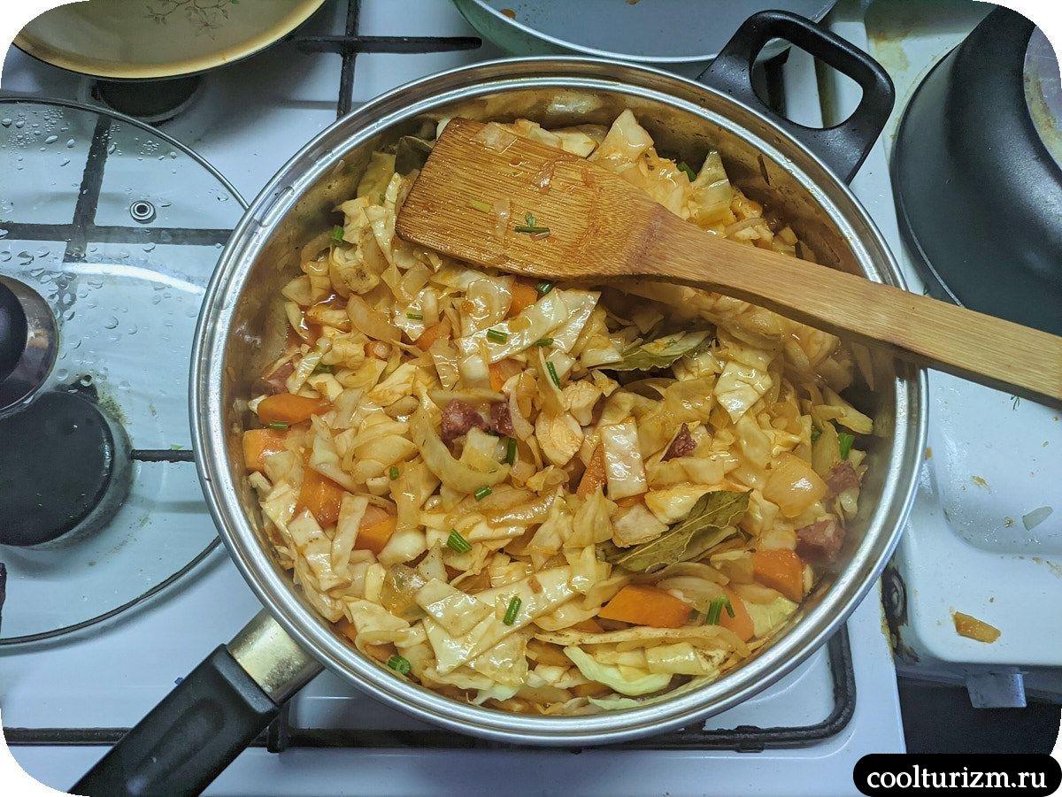 Капуста с тушенкой на сковороде простой рецепт