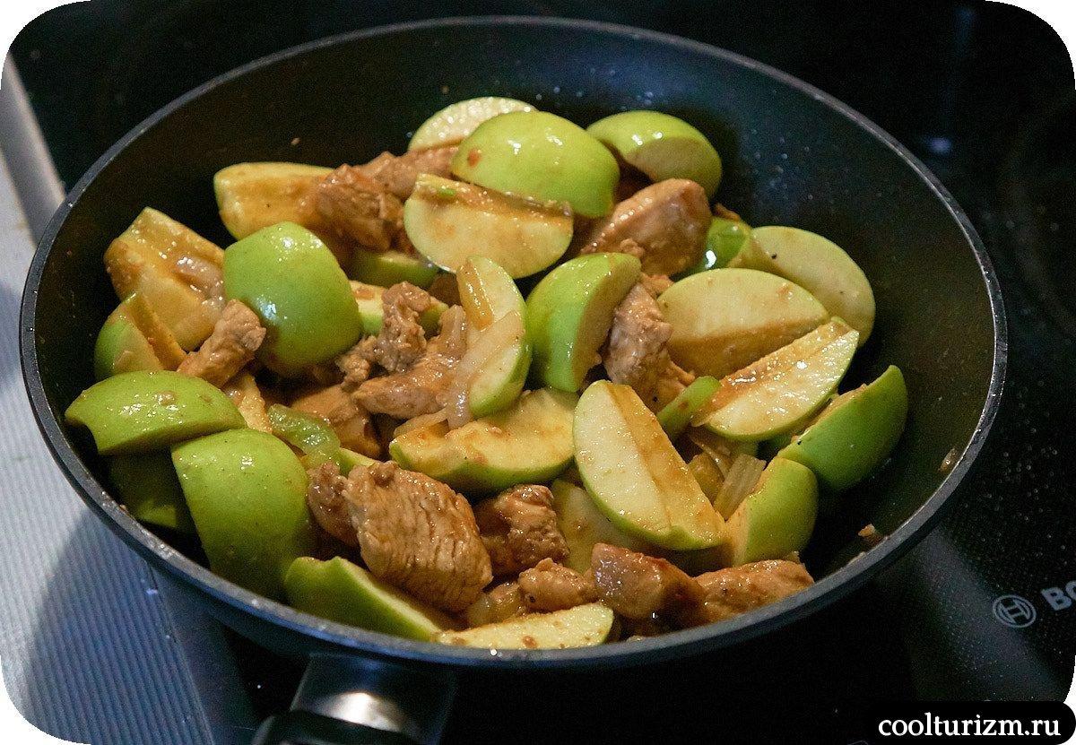 Филе индейки с яблоками на сковороде