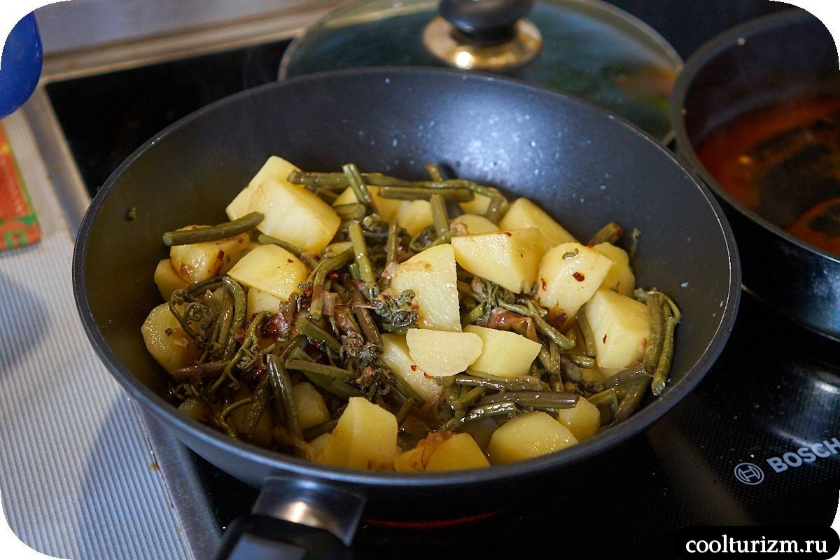 Картошка с папоротником на сковороде пошагово