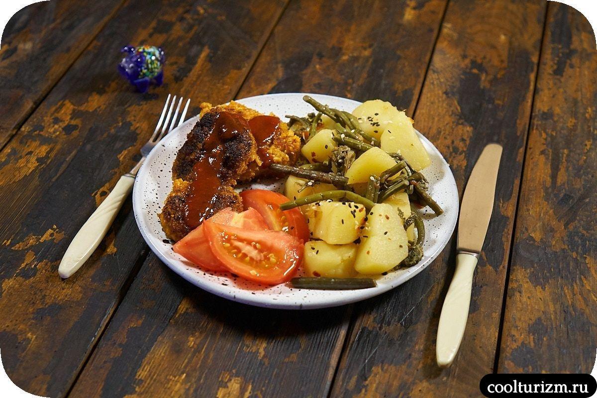 Картошка с папоротником на сковороде