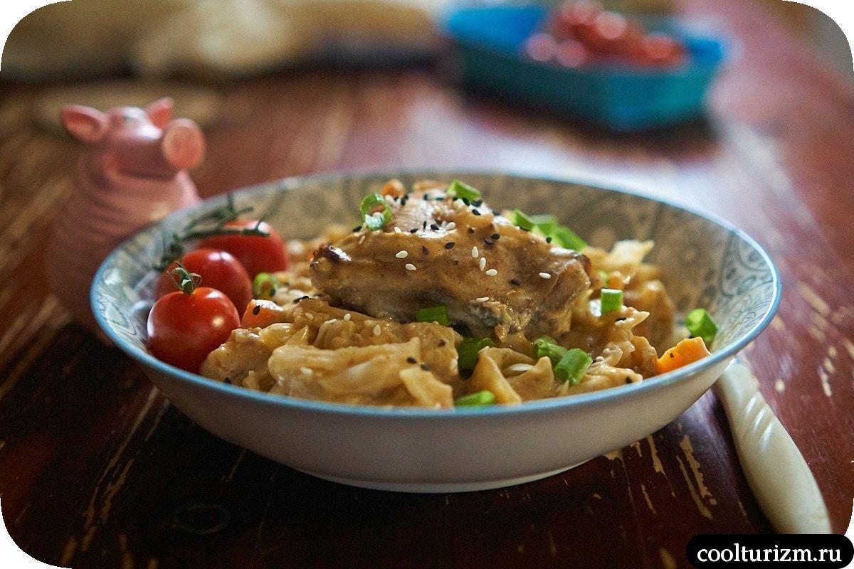 Куриные бедра с капустой в одной сковороде