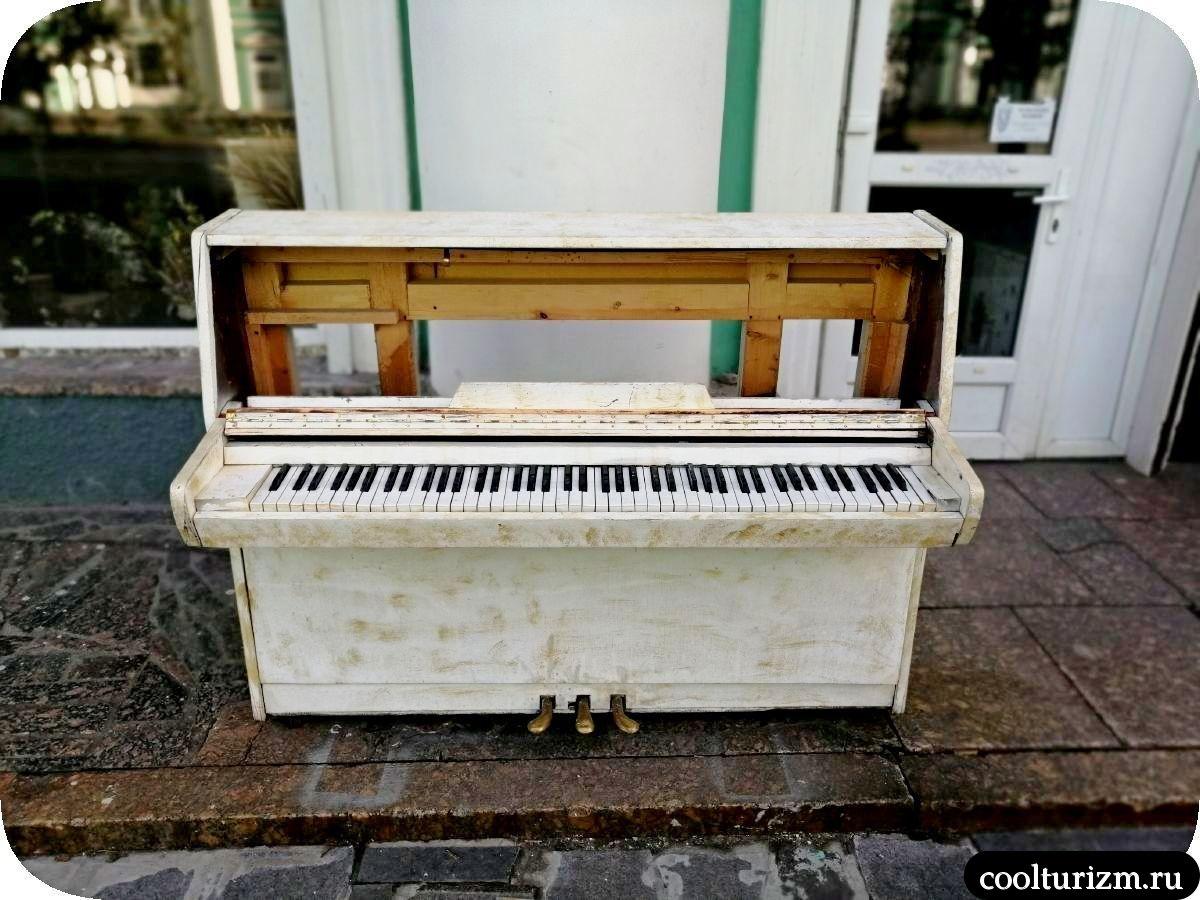 Плюшевый ад мурманских дворов летом пианино