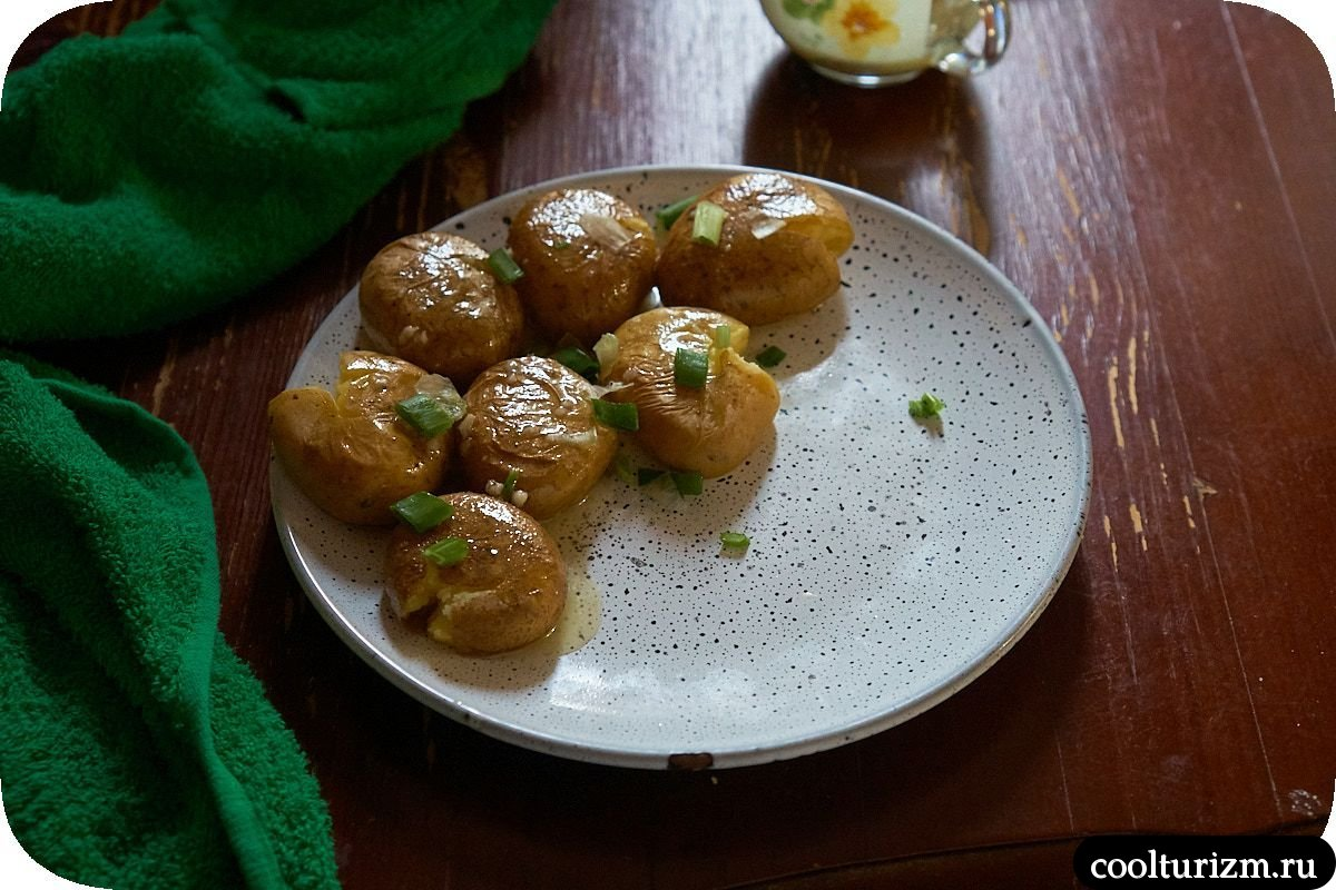 Печень индейки в томатном соусе с картошкой в масле