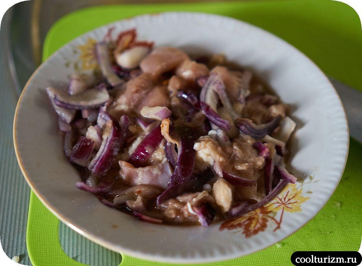 Куриное филе с овощным соусом на сковороде