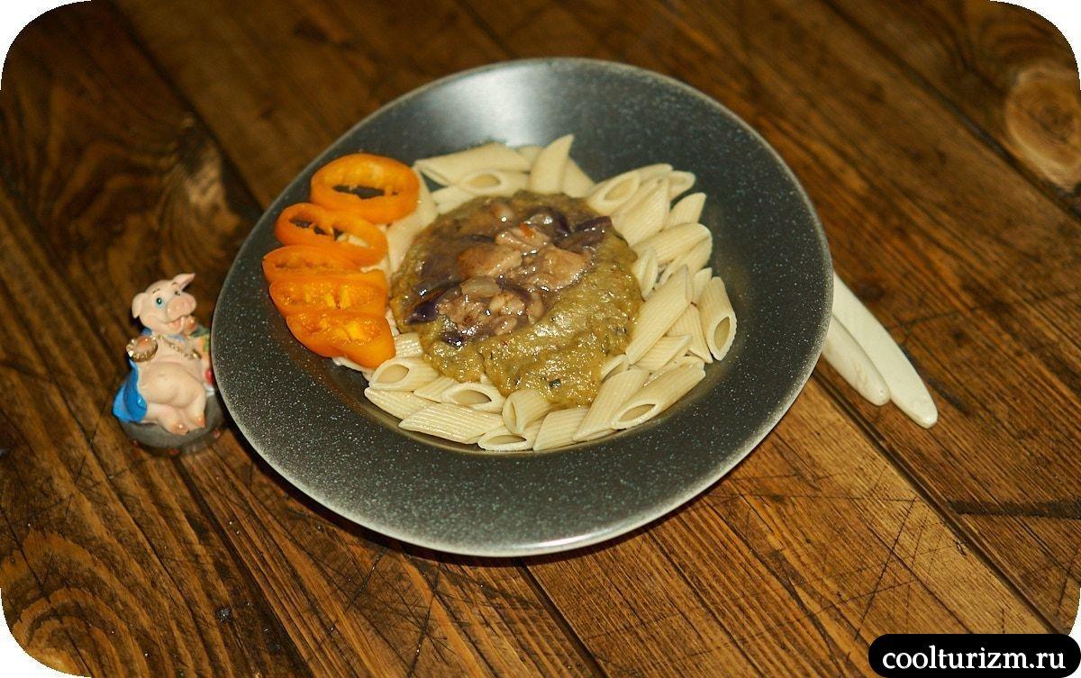Куриное филе с овощным соусом